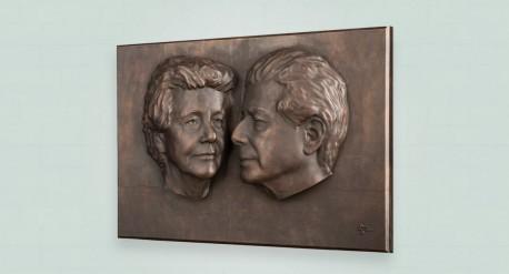 Zij aanzicht huwelijksplaquette in brons vanuit man