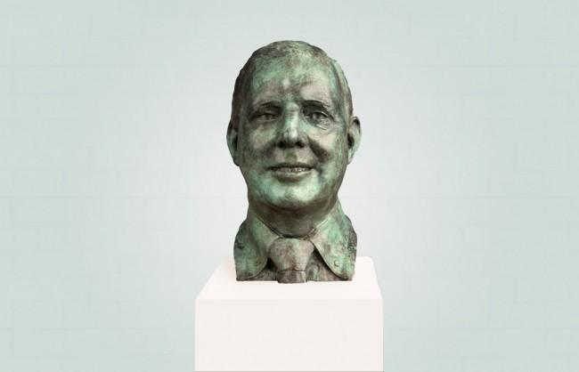 Bronzen borstbeeld groene patina op witte sokkel