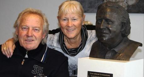 Koos Alberts en vrouw Joke op de foto na onthulling bronzen borstbeeld