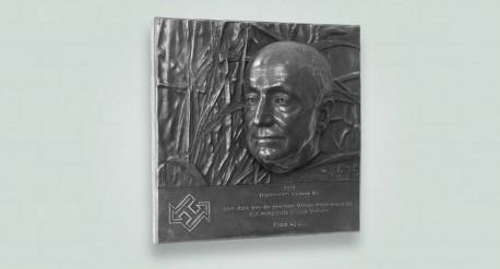 Linker zij aanzicht bronzen plaquette
