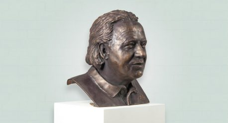 Zij aanzicht bronzen borstbeeld Koos Albers donkere patina