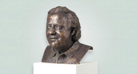 Borstbeeld Brons Koos Albers als eerbetoon voor bijzondere prestaties