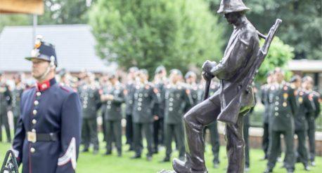 Ceremonie voor het bronzen momument Landhorst, een standbeeld