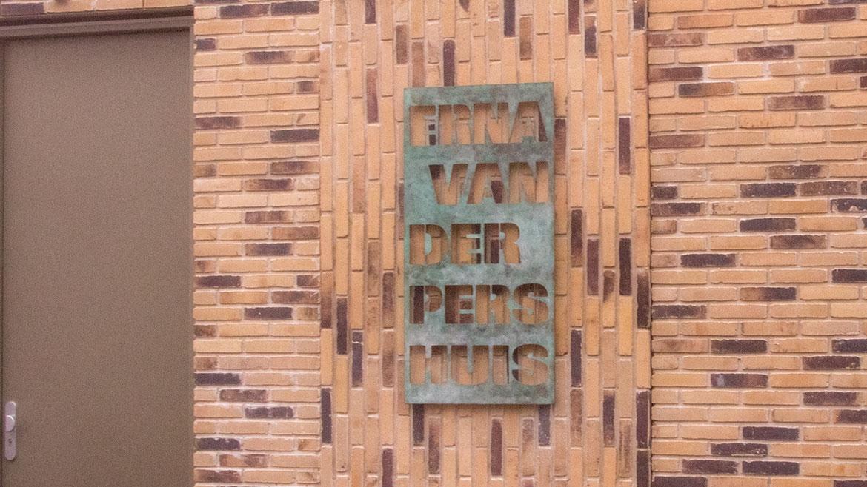 tekstplaquette waar letters zijn uitgesneden