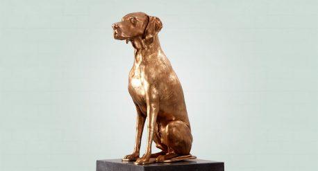 brons beeld van hond, zijaanzicht rechts naar links