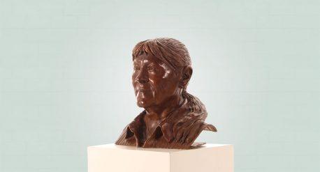 Brons borstbeeld van een vrouw zijaanzicht