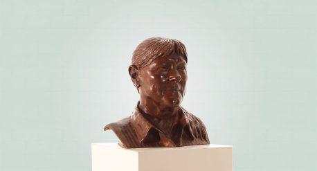 Brons borstbeeld van een vrouw zijaanzicht rechts