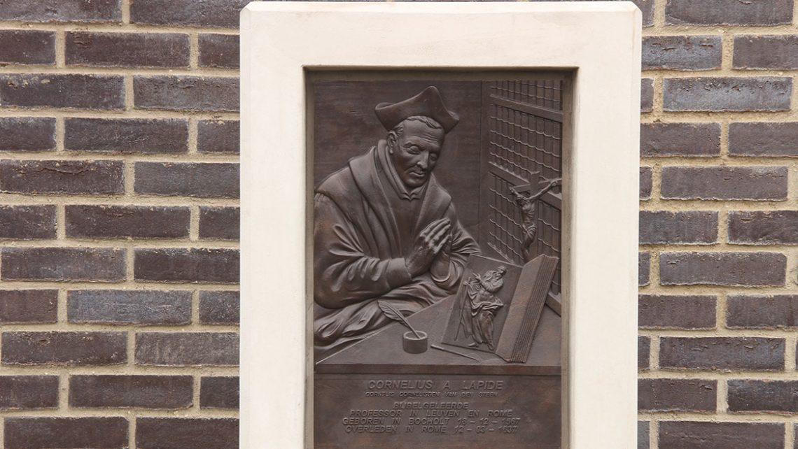 plaatsing van bas relief / plaquette bij kerk van cornelius a lapide, interpretatie van een kunstwerk naar een 3D ontwerp
